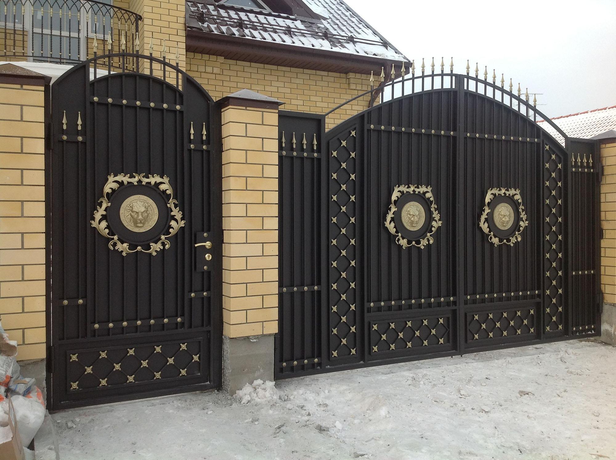 Черно-золотистые кованые ворота