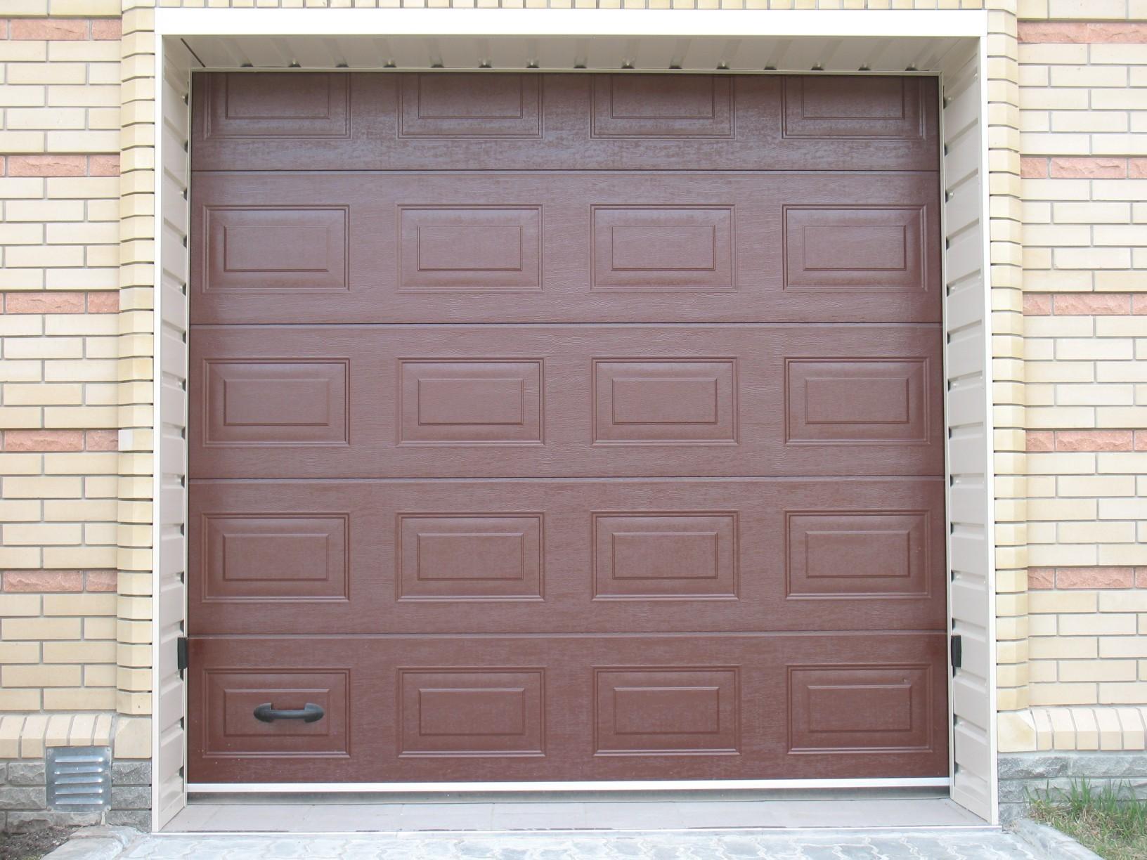 Коричневые гаражные ворота