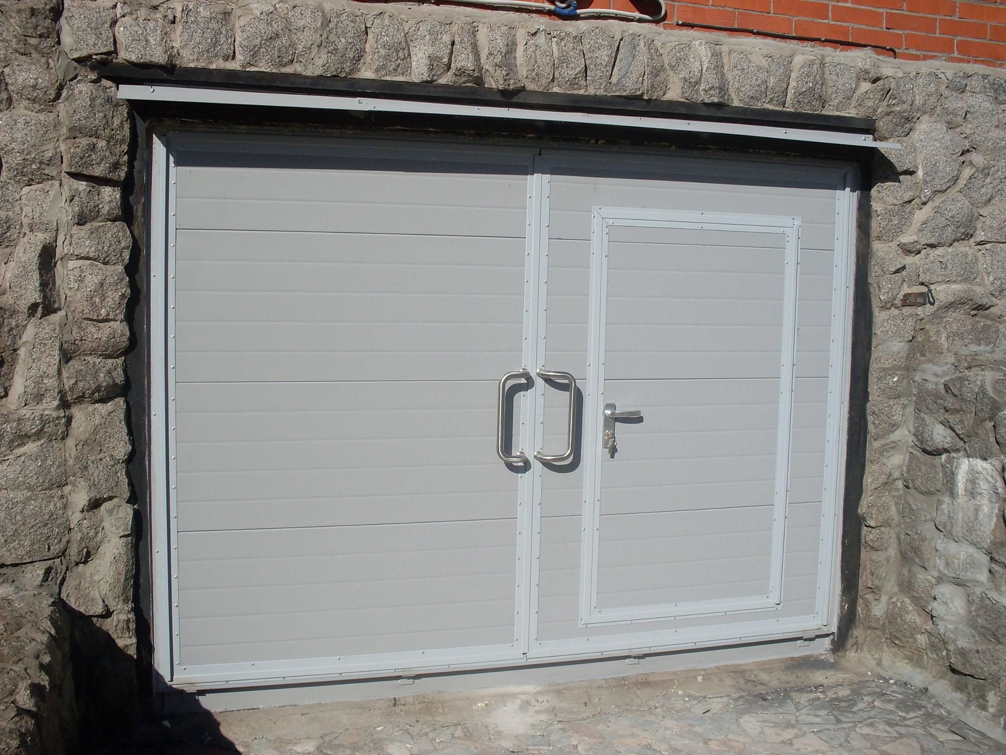 Серые гаражные ворота