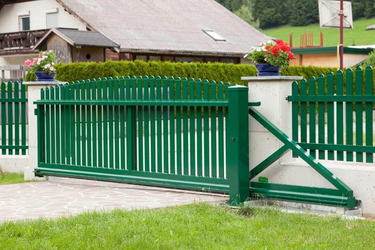 Деревянные крашенные ворота