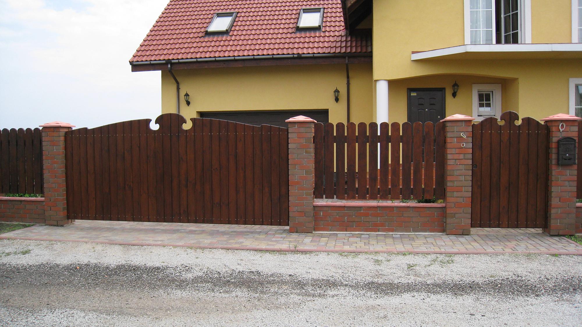 Коричневые деревянные ворота