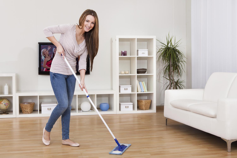Мытье ламината в гостиной
