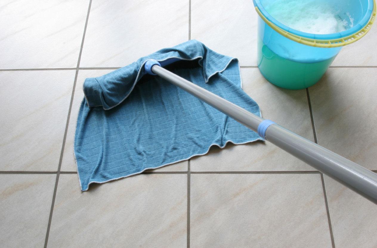 Мытье полов шваброй