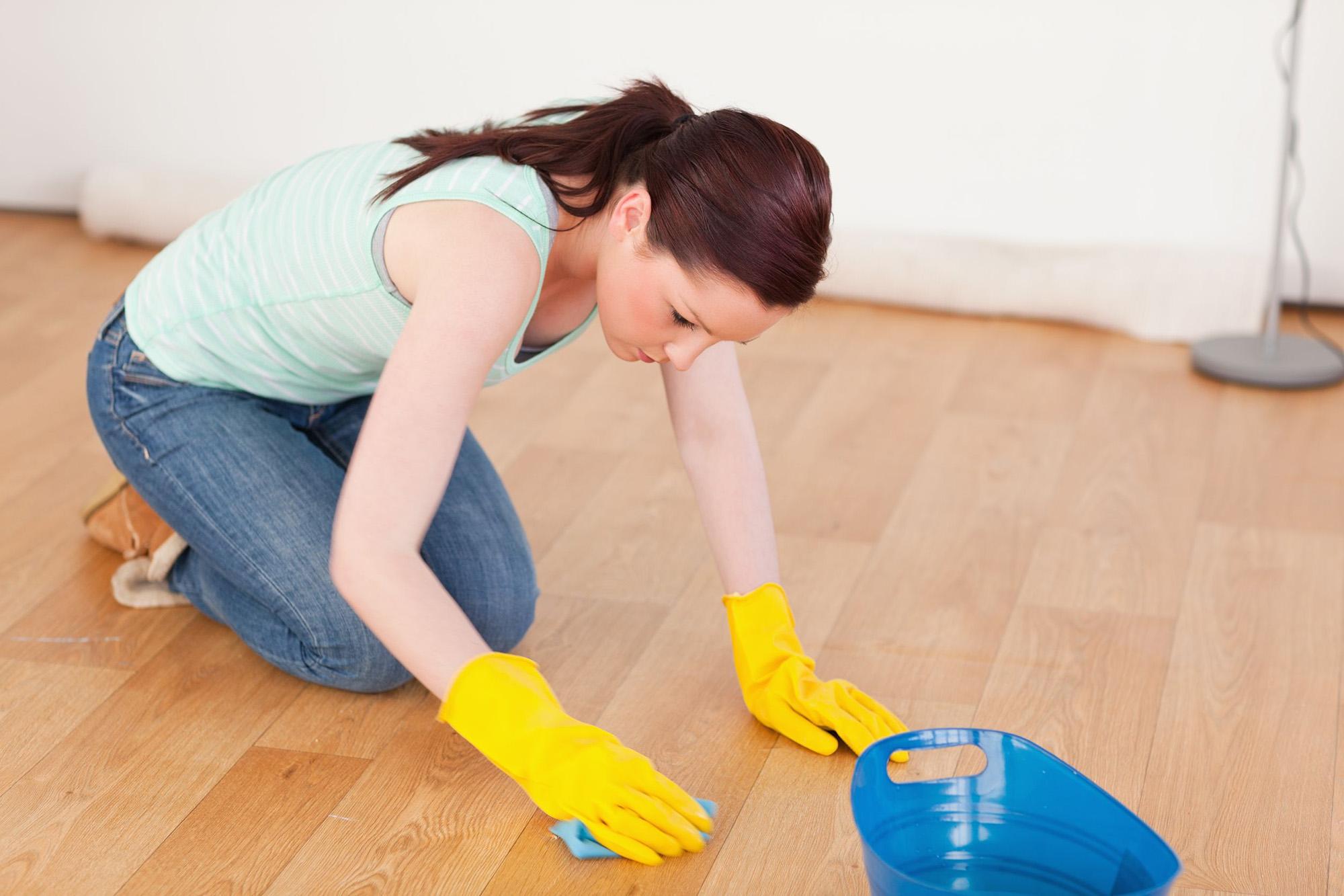 Пятна на полу можно убрать вручную