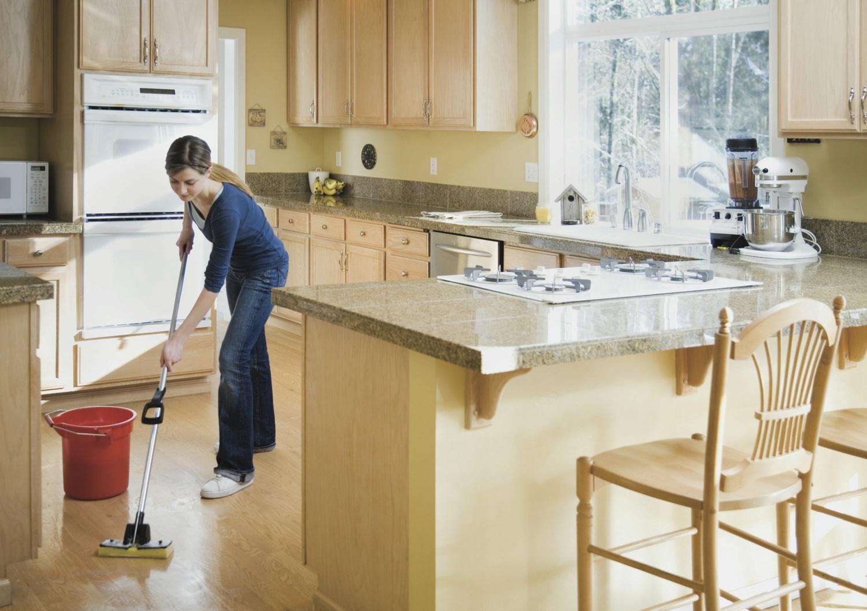 Мытье пола на кухне