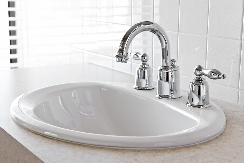 Смеситель на раковине в ванной
