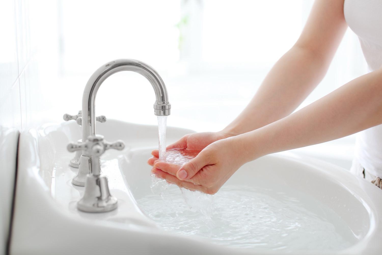 Серебристый смеситель на раковине в ванной комнате