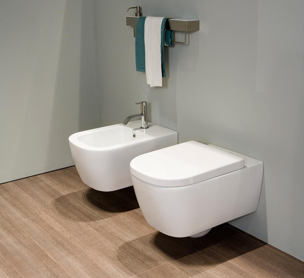 Подвесной унитаз в ванной