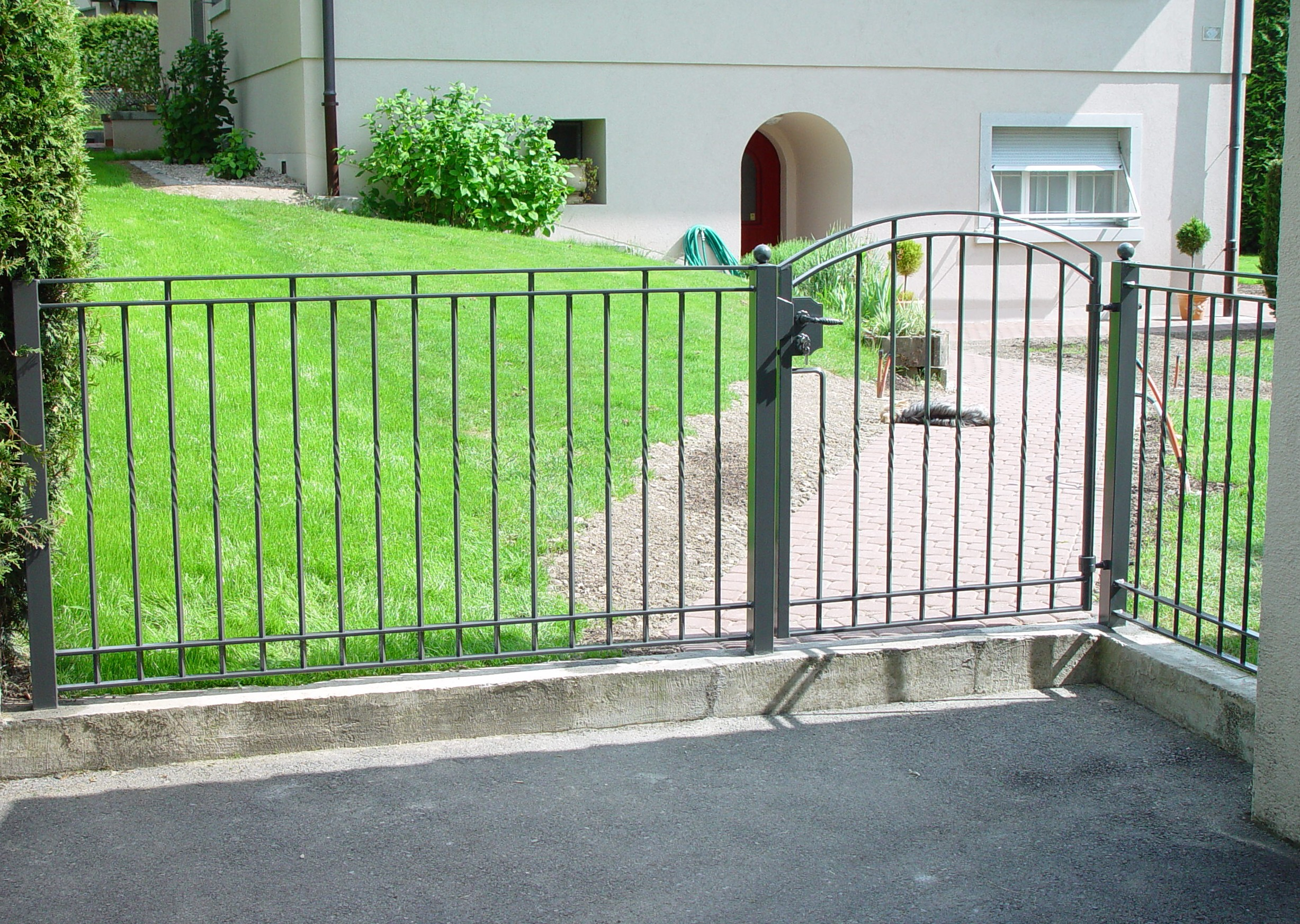 Кованый забор с калиткой