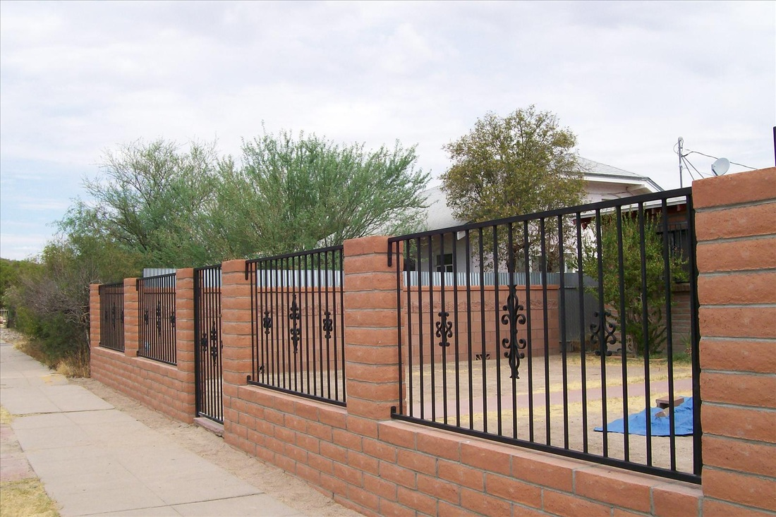 Кованый забор с кирпичом