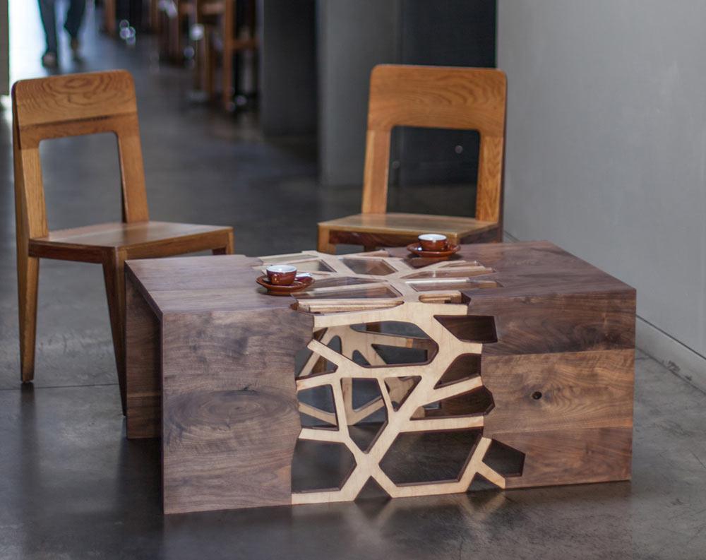 Современный кофейный столик из дерева и стекла
