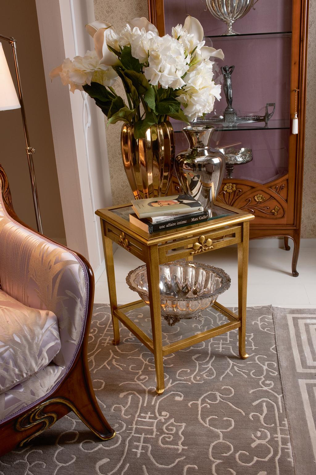 Золотистый кофейный столик