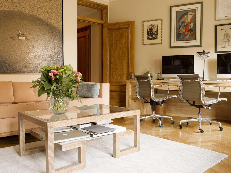 Кофейный столик из дерева и стекла в гостиной-кабинете
