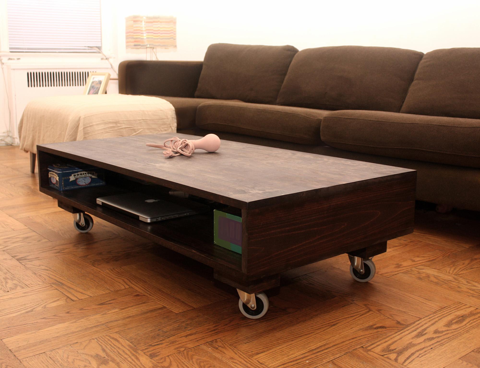 Простой кофейный столик на колесиках