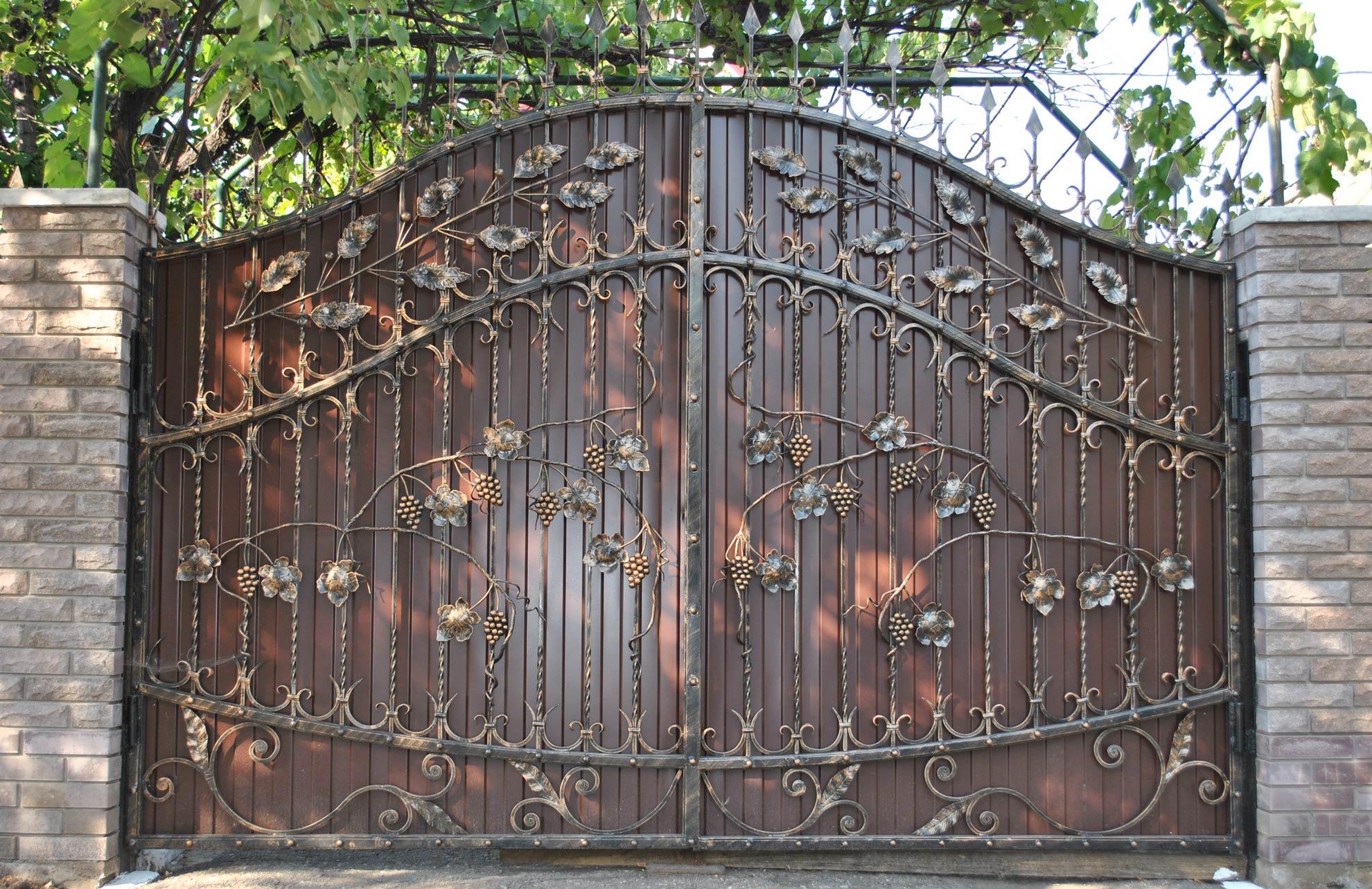 Красивые кованые ворота с профнастилом