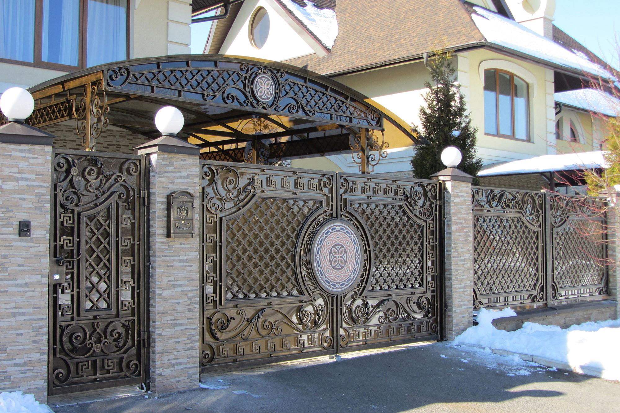 Кованые ворота в греческом стиле