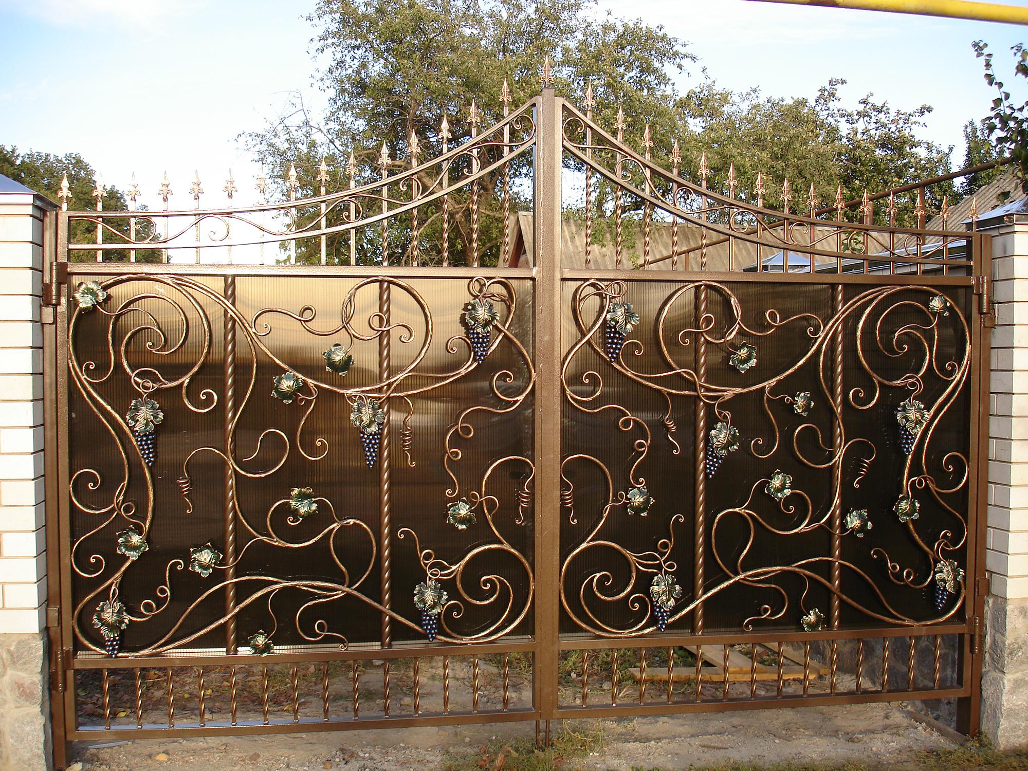 Красивые кованые ворота с поликарбонатом
