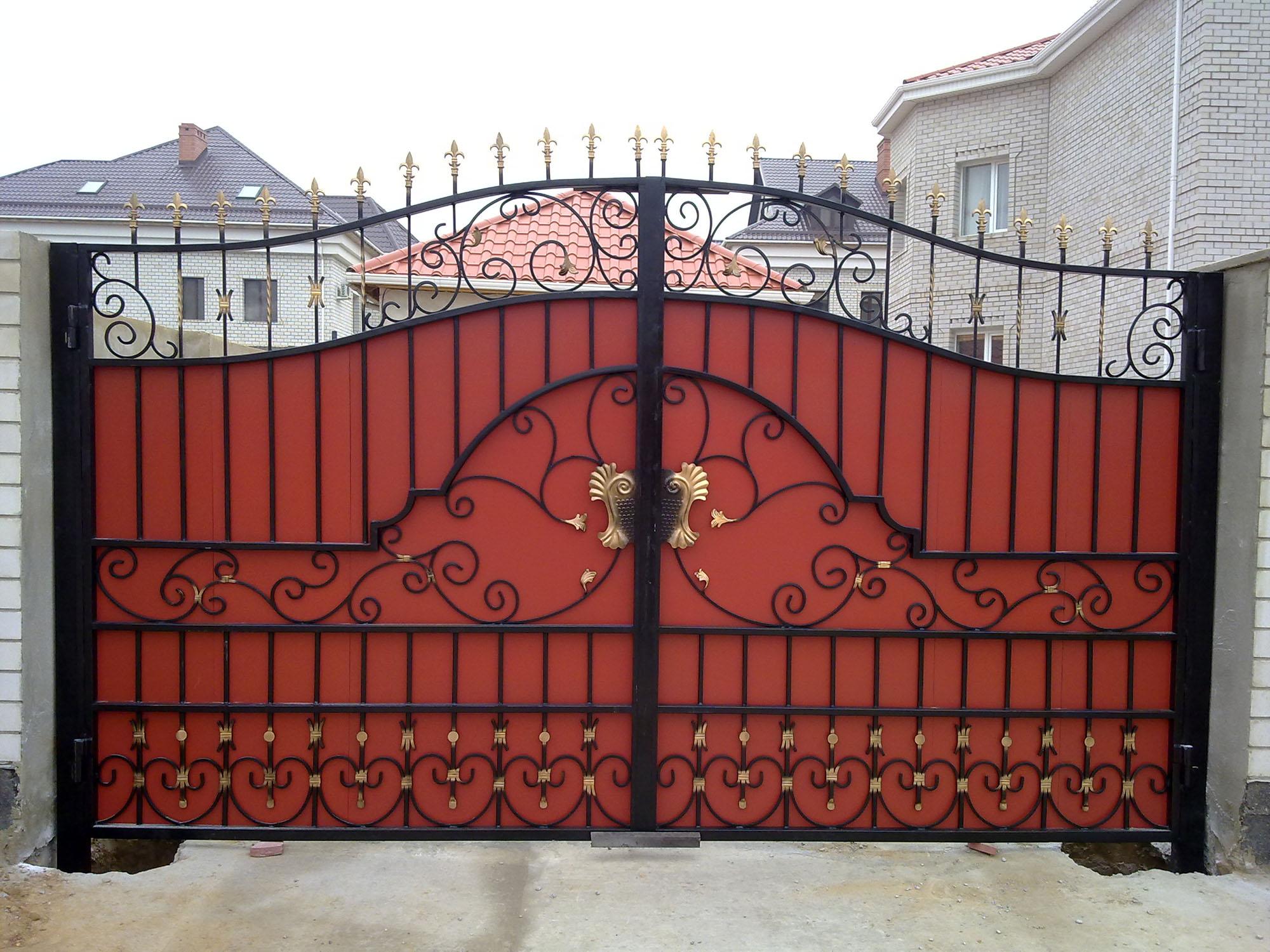 Красно-черные кованые ворота