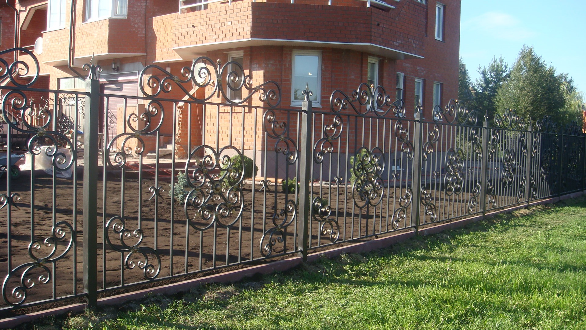 Кованый забор у коттеджа