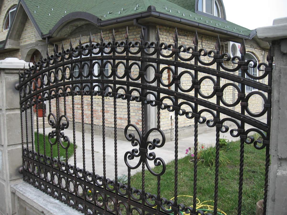 Кованый забор у дома