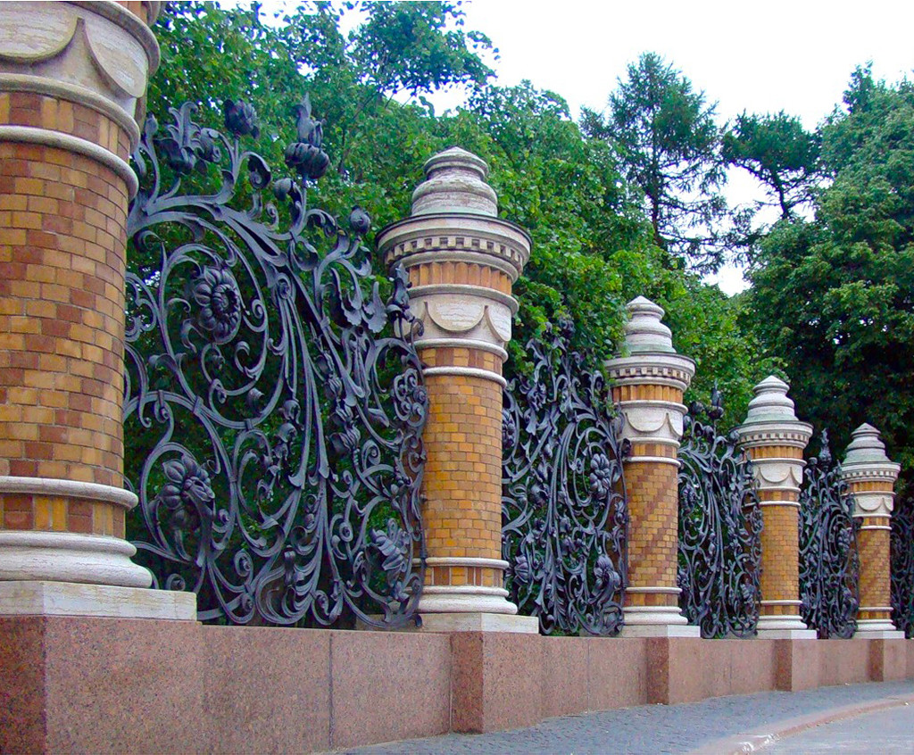 Высокий кованый забор