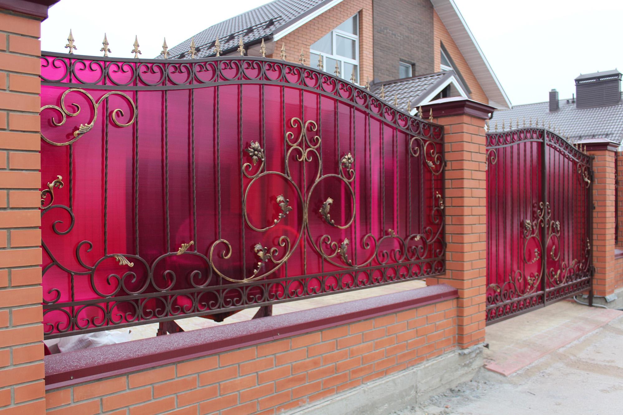 Кованый забор из металла и поликарбоната