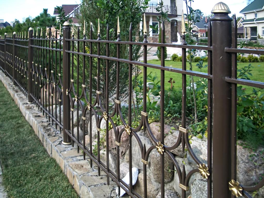 Кованый забор на участке