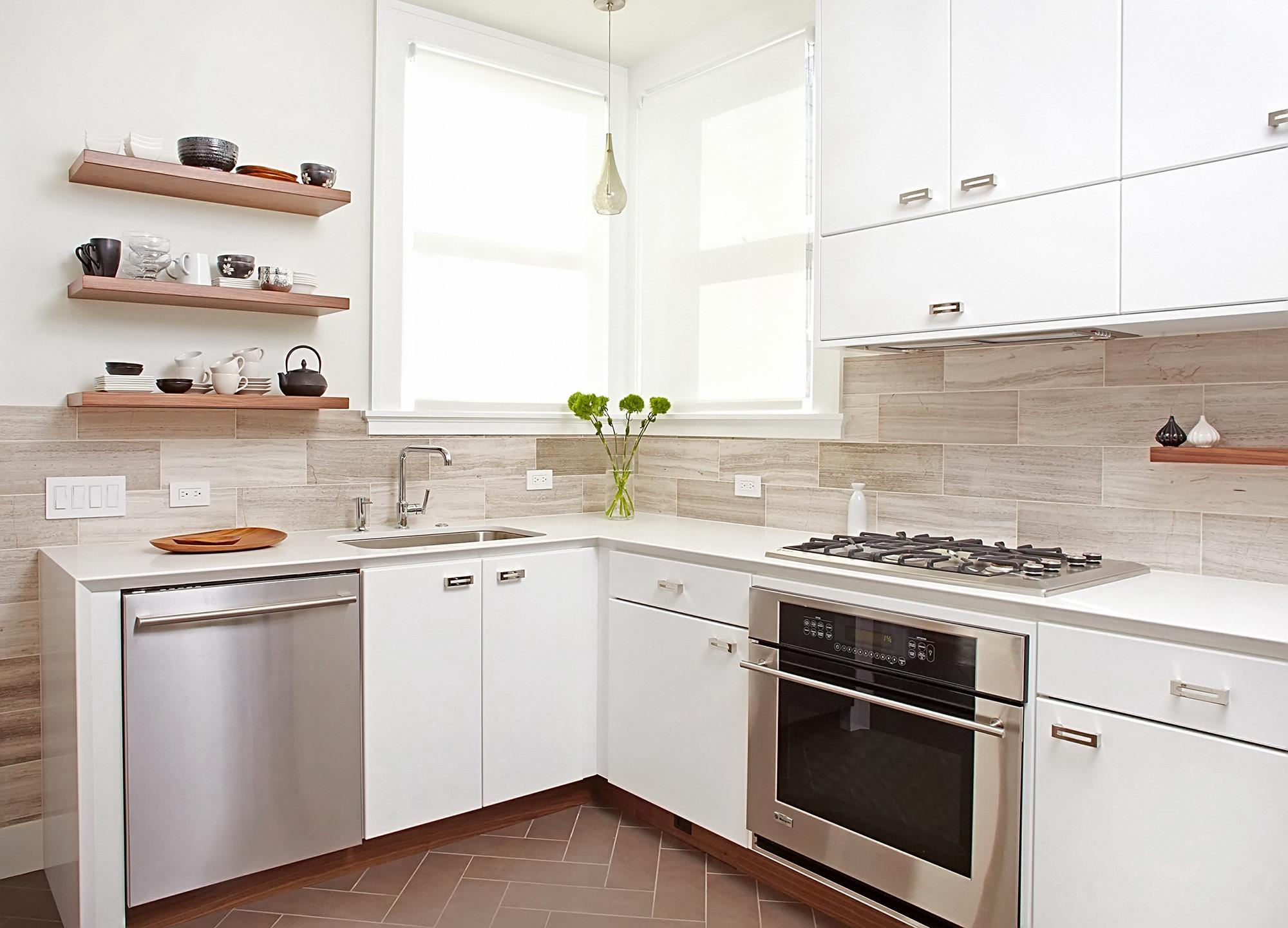 Угловой белый гарнитур на кухне
