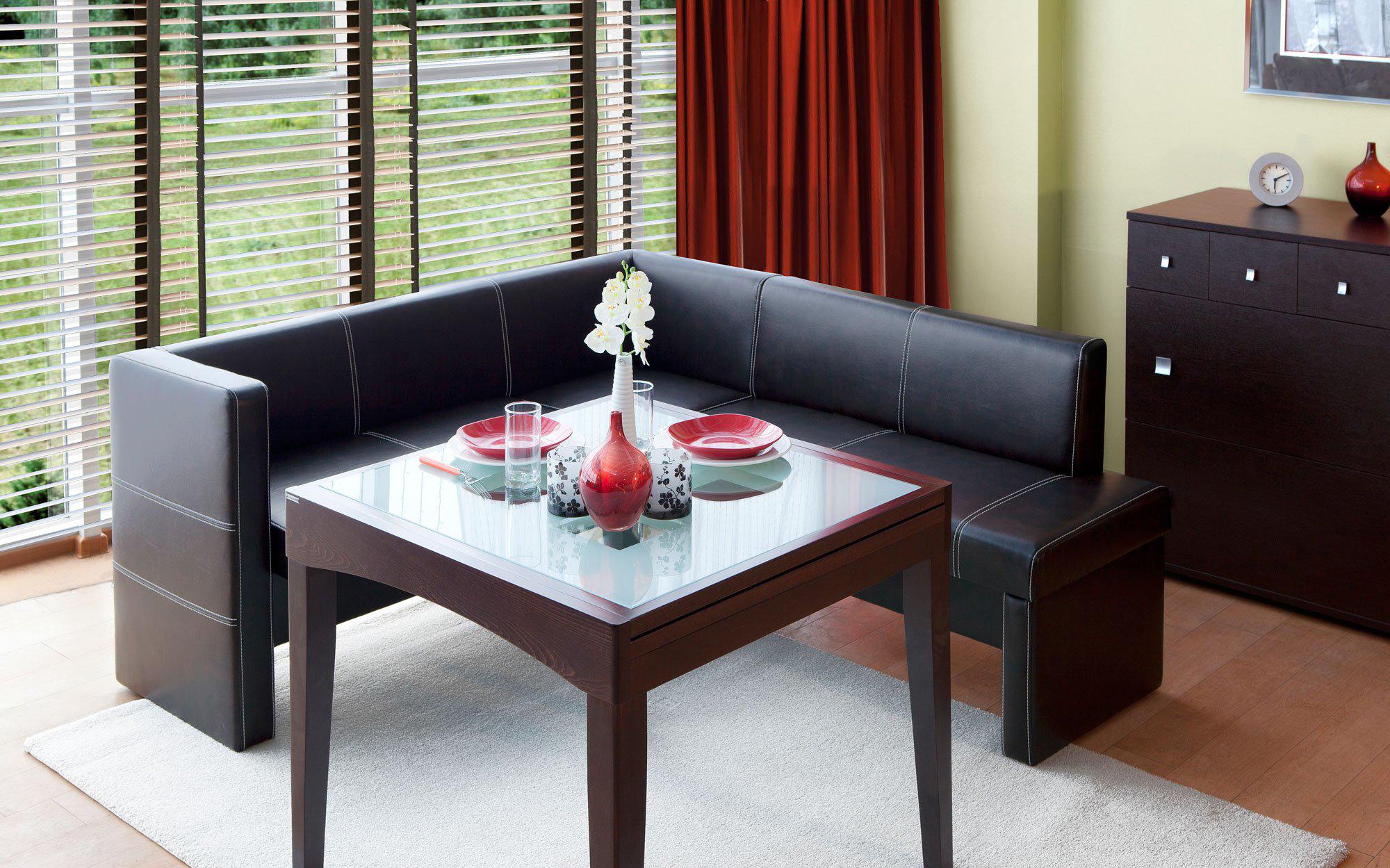Черная мягкая мебель на кухне