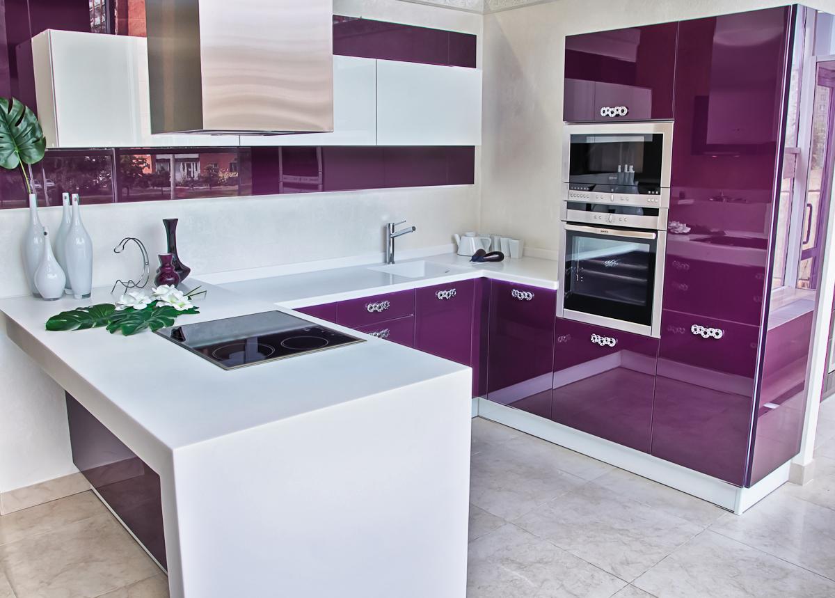 Бело-фиолетовый гарнитур на кухне