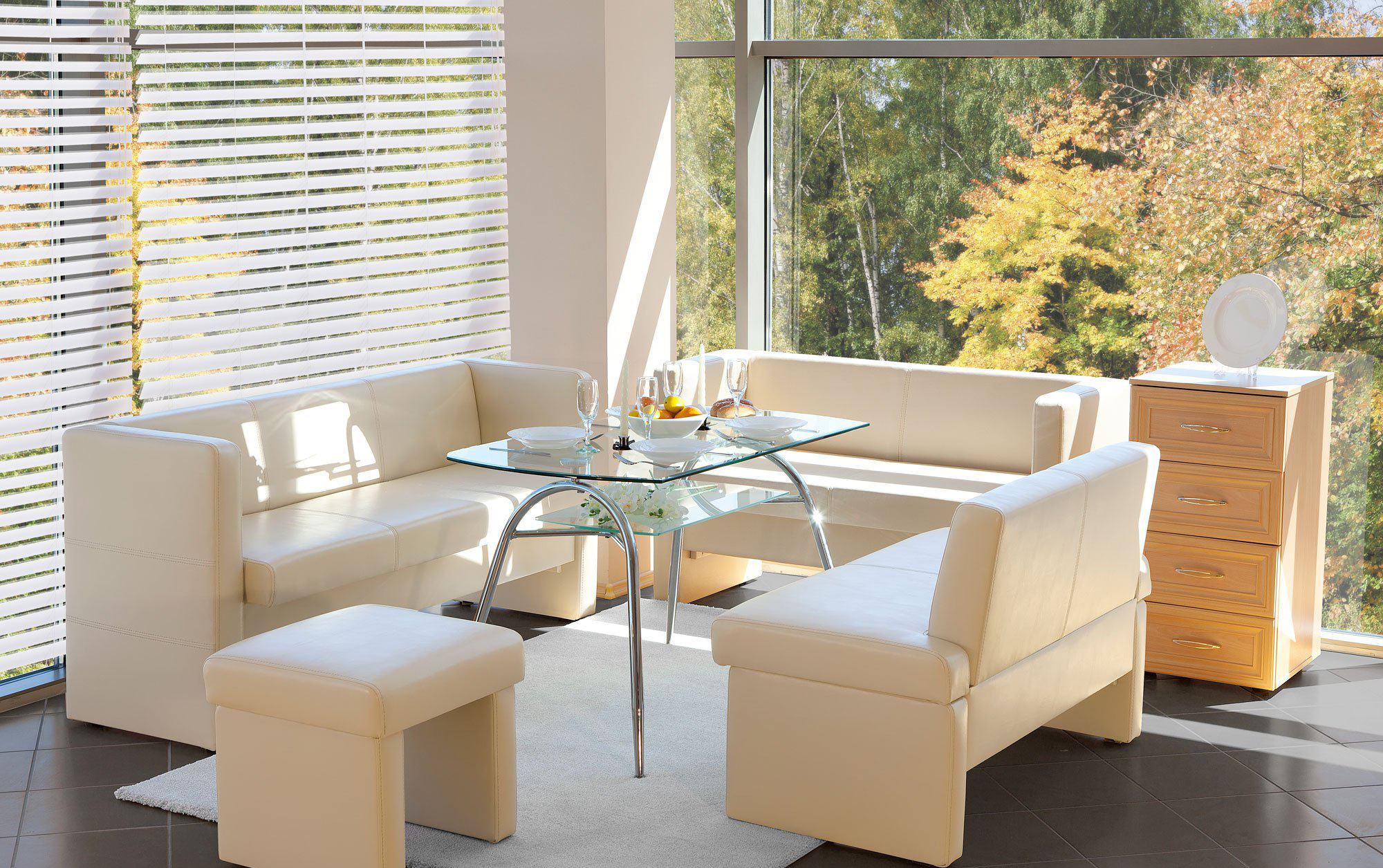 Бежевая мягкая мебель на кухне
