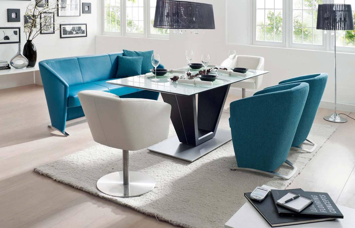 Бирюзовая и белая мягкая мебель на кухне