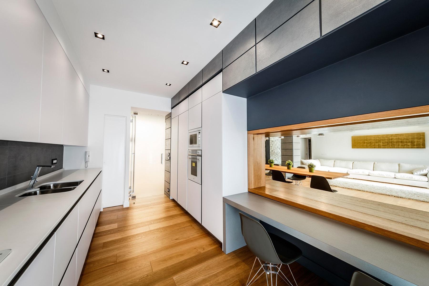 Окно между гостиной и кухней