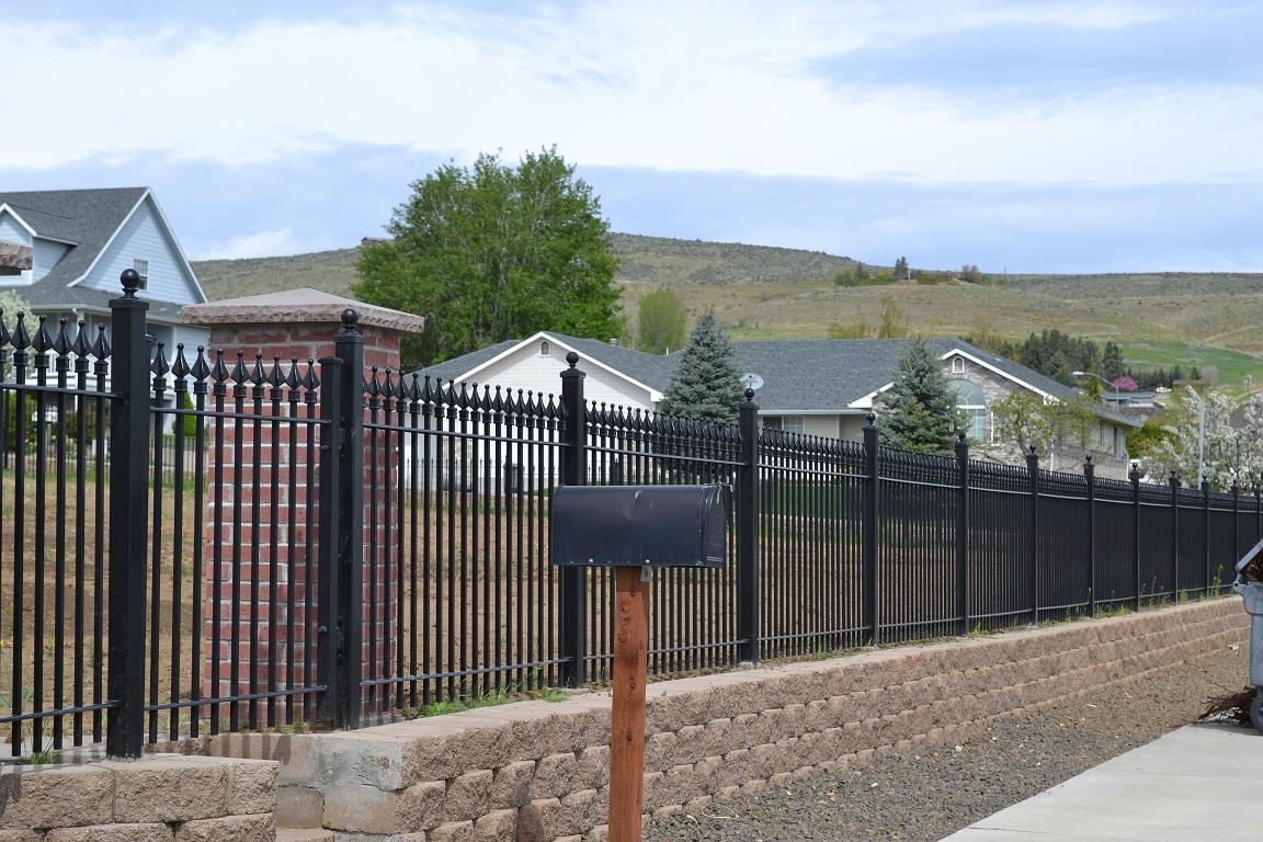 Кованый забор на каменном основании