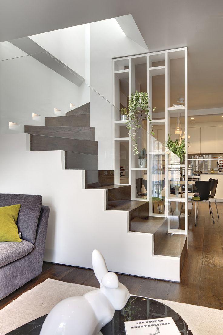 Полки и лестница в зонировании гостиной и кухни