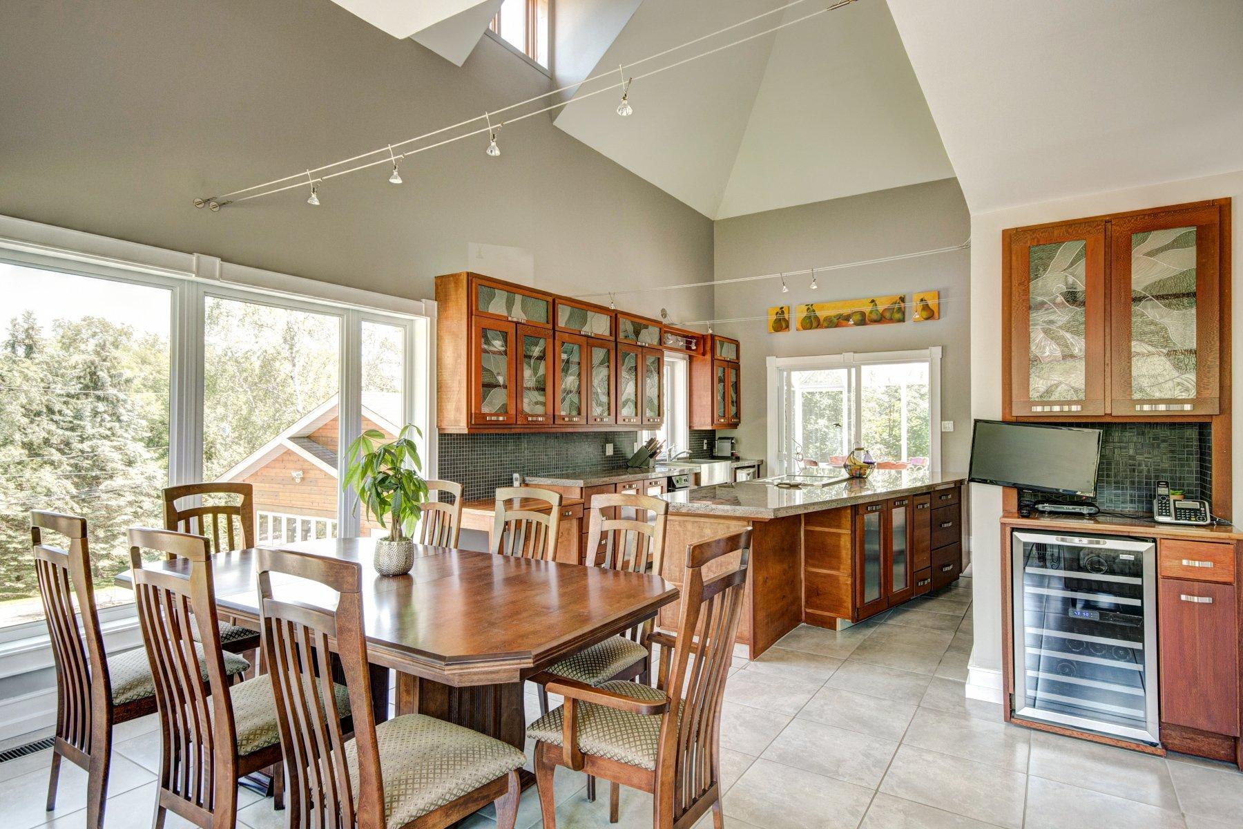 Зонирование по потолку в гостиной и кухне