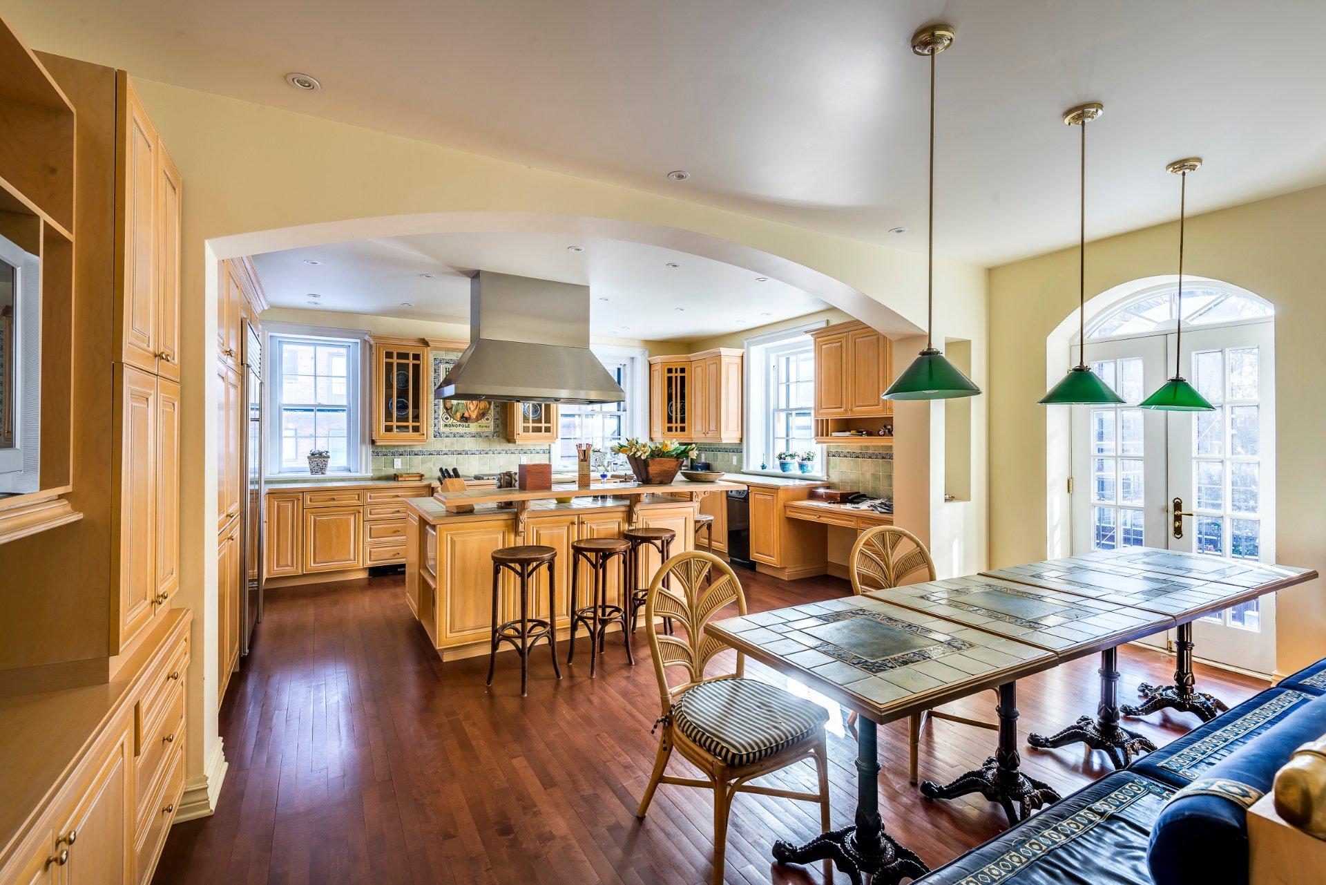 Арочный проем между гостиной и кухней