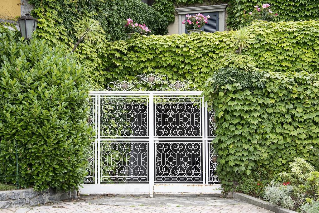 Кованый забор в саду