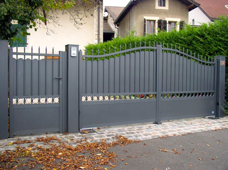 Серый кованый забор