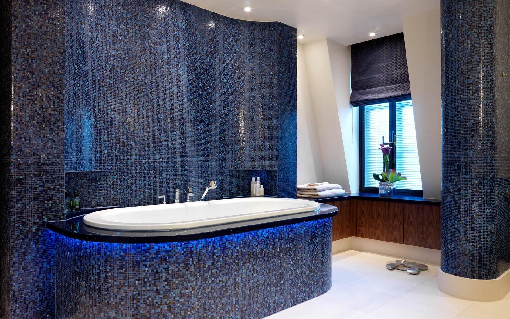 Отделка ванной комнаты синей мозаикой