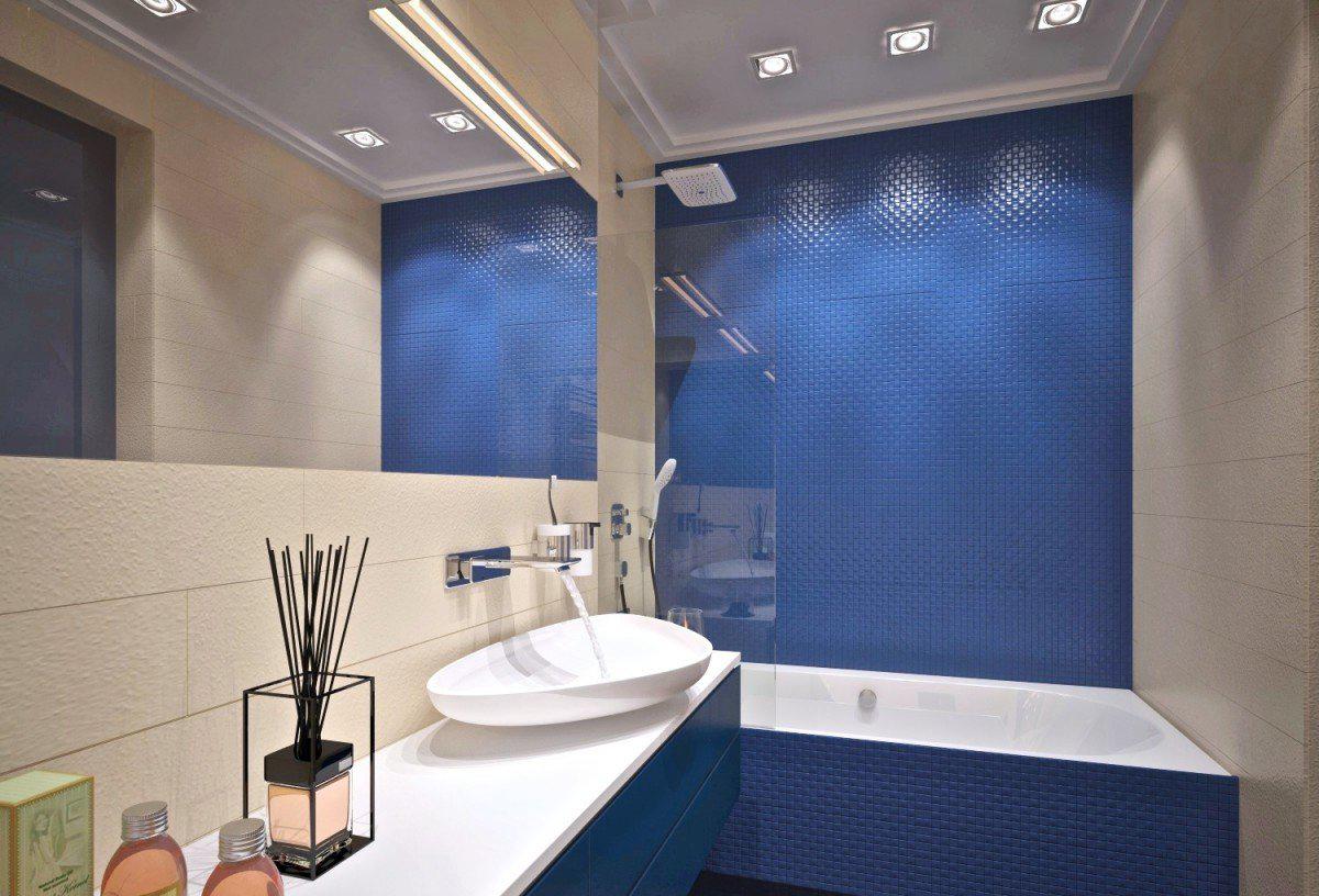 Точечное освещение в бежево-синей ванной