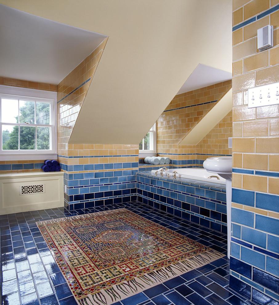 Просторная бежево-синяя ванная комната
