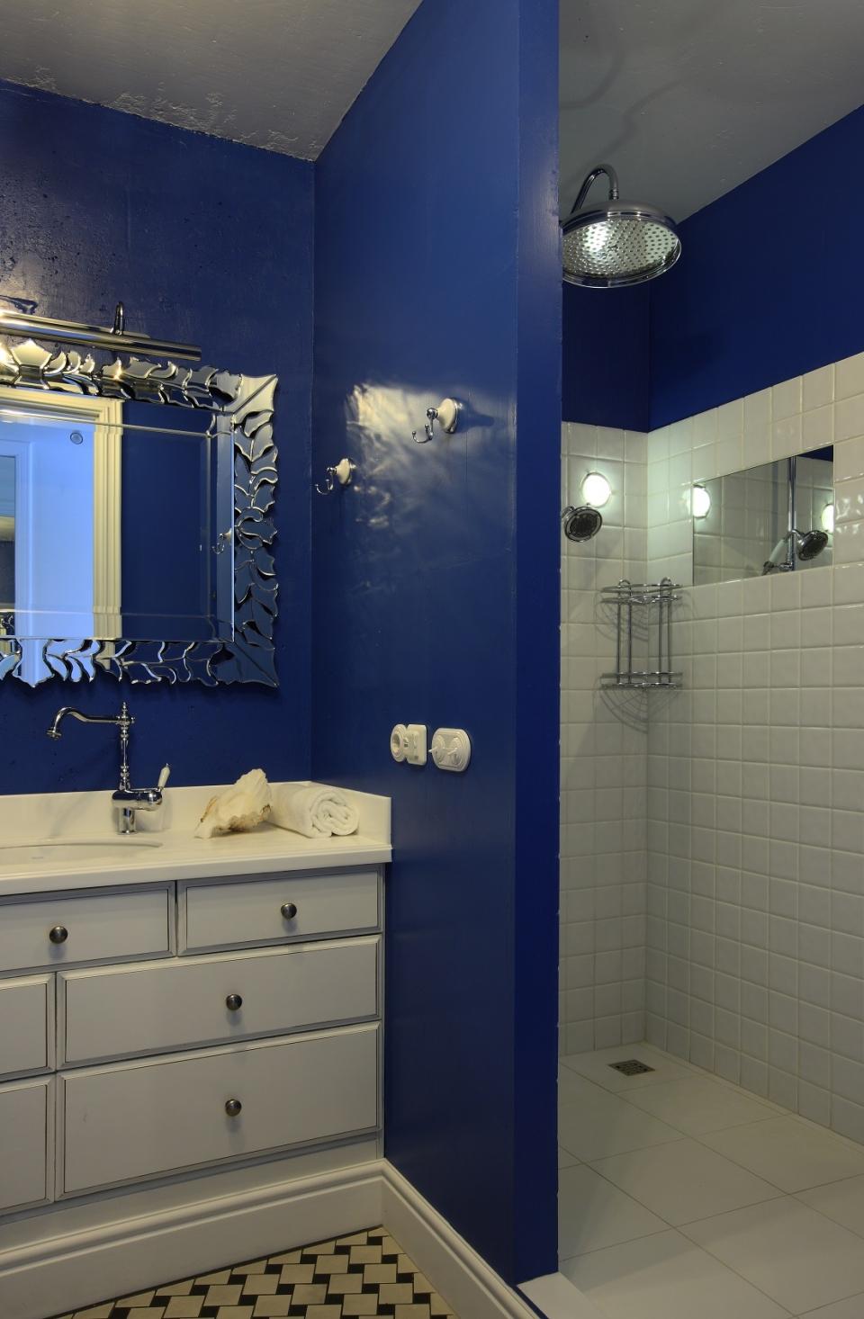 Точечные светильники в бело-синей ванной