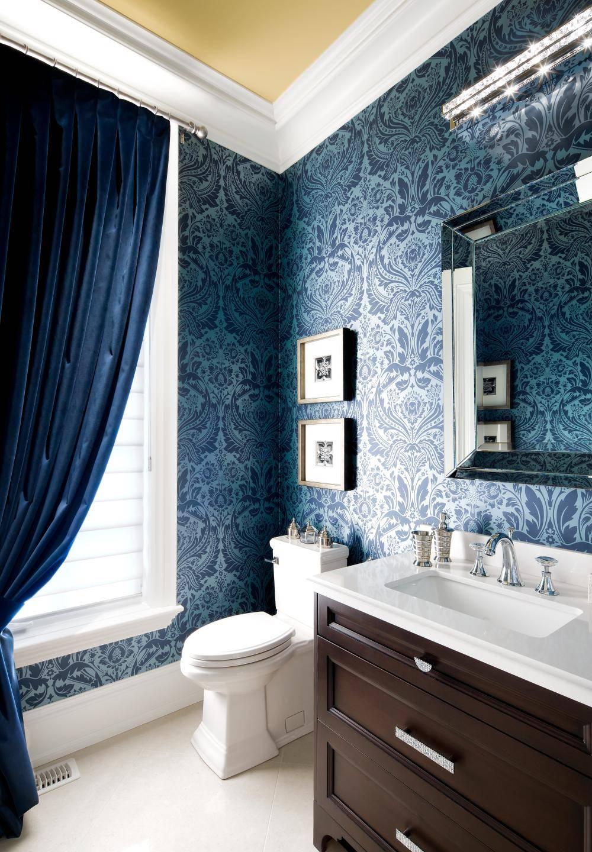 Сине-белая ванная комната с красивыми обоями