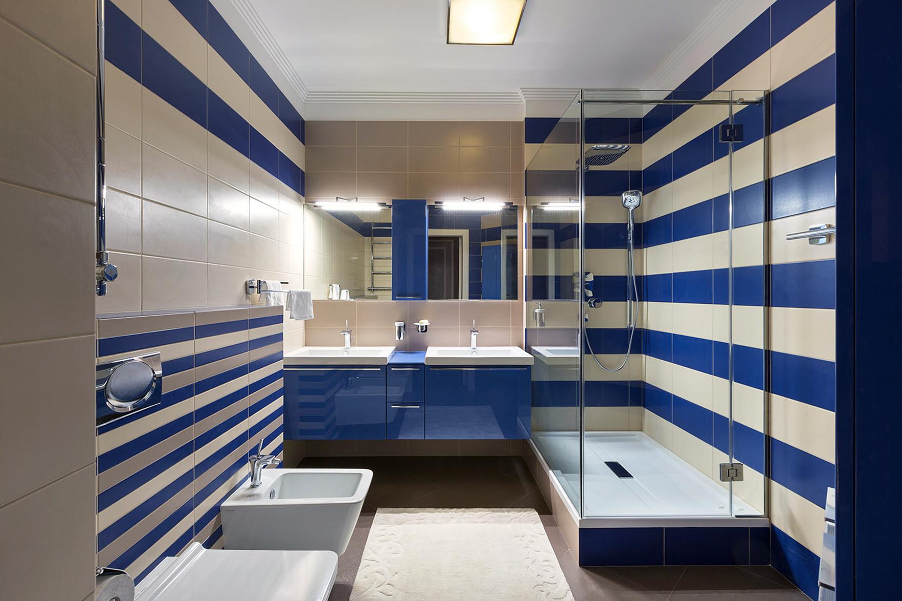 Синяя и кремовая плитка в ванной