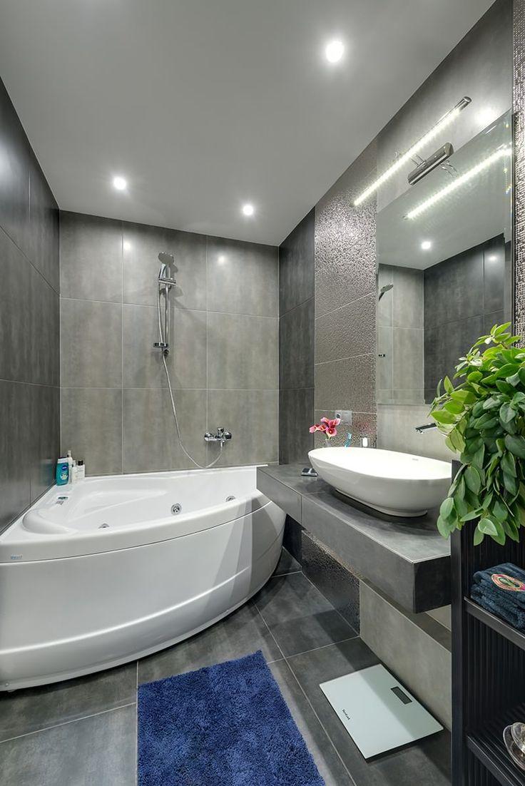 Синий коврик в серой ванной