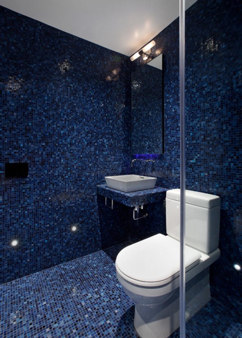 Синий пол и стены из мозаики в ванной