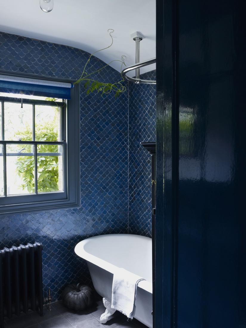Красивая синяя плитка в отделке ванной