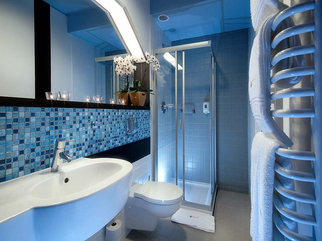 Красивая синяя мозаика в отделке ванной