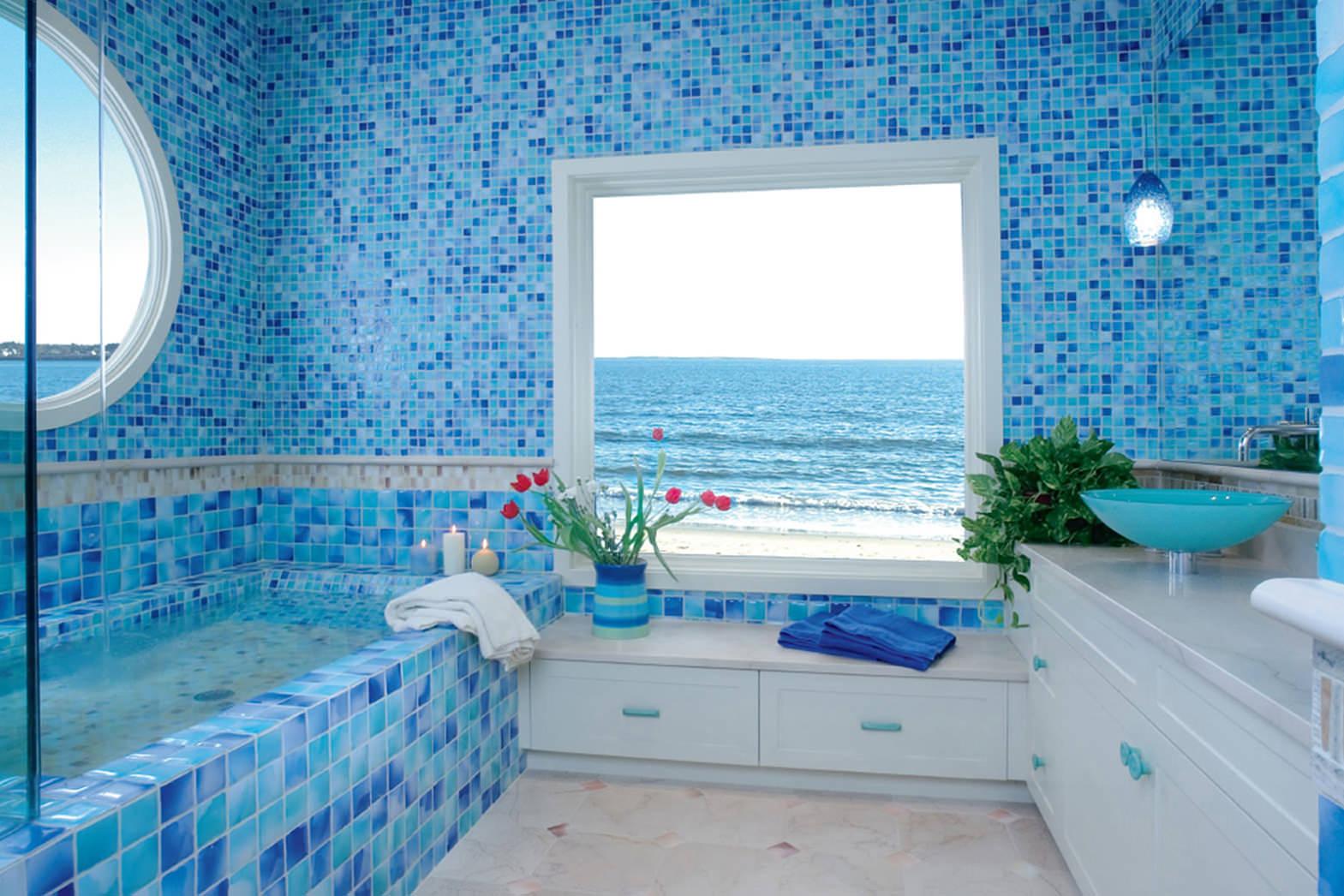 Мозаика в синих тонах в просторной ванной